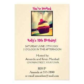 Cupcake colorido com a cereja na parte superior convite 12.27 x 17.78cm