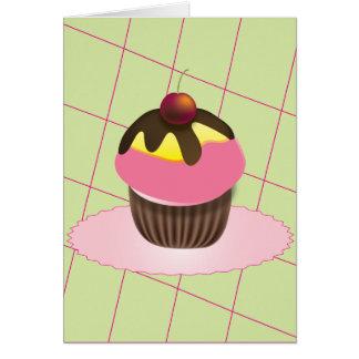 Cupcake com o cartão de aniversário da cereja