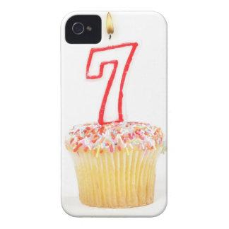 Cupcake com uma vela numerada 7 do aniversário capinha iPhone 4