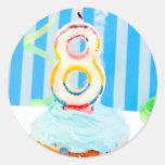 Cupcake do aniversário com o número 8 velas adesivo em formato redondo