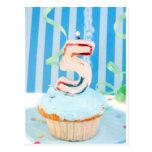 Cupcake do aniversário com o número cinco velas il cartão postal
