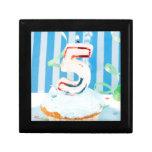 Cupcake do aniversário com o número cinco velas il porta jóia