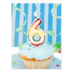 Cupcake do aniversário com o número seis velas ilu cartão postal