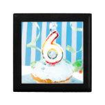 Cupcake do aniversário com o número seis velas ilu caixa de presente