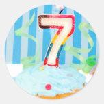 Cupcake do aniversário com o número sete velas adesivo redondo