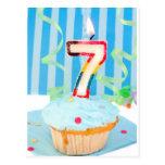 Cupcake do aniversário com o número sete velas cartao postal