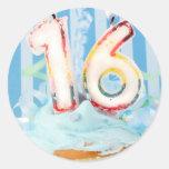 Cupcake do aniversário com velas no número 16 adesivo em formato redondo