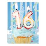 Cupcake do aniversário com velas no número 16 cartao postal