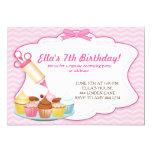 Cupcake do cozimento que decora convites do