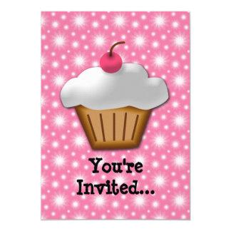 Cupcake do entalhe com a cereja cor-de-rosa na convites personalizado