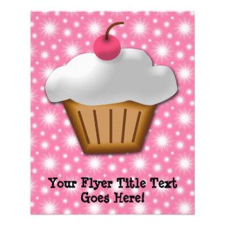 Cupcake do entalhe com a cereja cor-de-rosa na panfletos coloridos