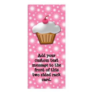 Cupcake do entalhe com a cereja cor-de-rosa na par modelos de panfletos informativos