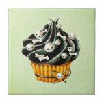 Cupcake preto do Dia das Bruxas com crânios Azulejo Quadrado Pequeno