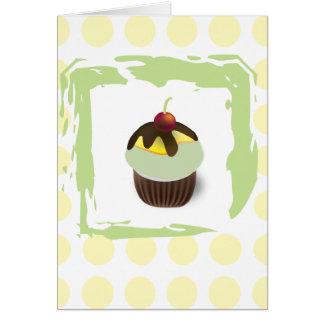Cupcake verde das bolinhas com o cartão de