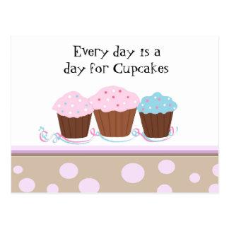 Cupcakes com um cartão bonito do provérbio