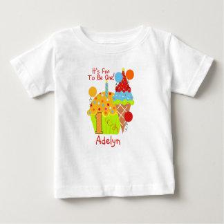Cupcakes e divertimento do sorvete a ser um camiseta para bebê