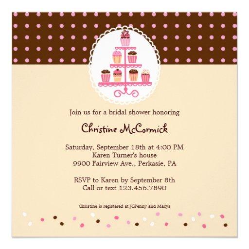 Cupcakes em um suporte (Brown/creme) Convite