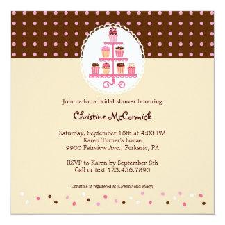 Cupcakes em um suporte (Brown/creme) Convite Quadrado 13.35 X 13.35cm
