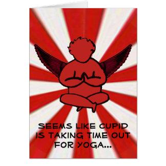 Cupido que faz a ioga - o cartão dos namorados