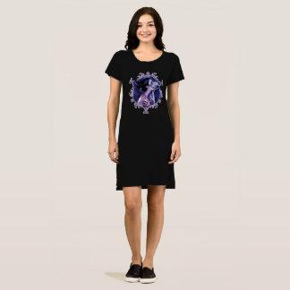 Da beleza vestido macabramente do gótico dentro -