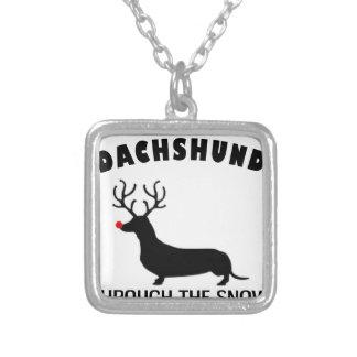 dachshund através da neve colar banhado a prata