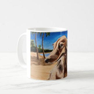 Dachshund na caneca de café da praia