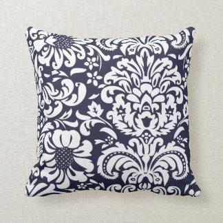 Damasco floral do azul marinho e o branco travesseiros de decoração