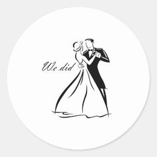 Dança antiquado do casal do casamento adesivo em formato redondo