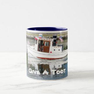 Dê uma caneca de café do barco do reboque do Toot