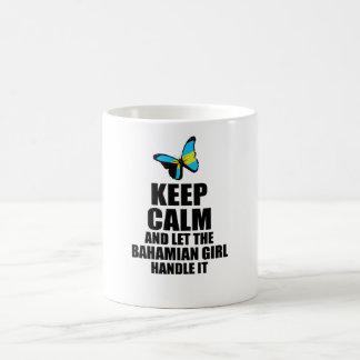 Deixe a menina baamiana segurá-lo caneca de café