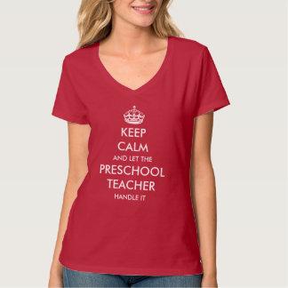 Deixe o professor pré-escolar segurá-lo t-shirts