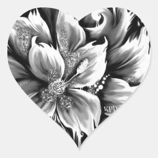 Derretimento preto e branco floral com acento do adesivo coração