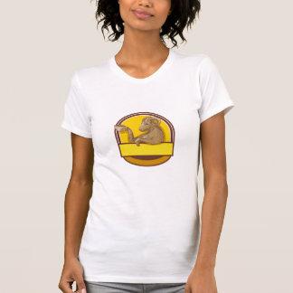 Desenho da crista do café do bebendo da cabra da camiseta
