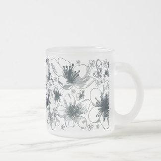 Desenho da flor na caneca do fosco