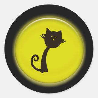 Desenhos animados bonitos do gato preto no design adesivos em formato redondos