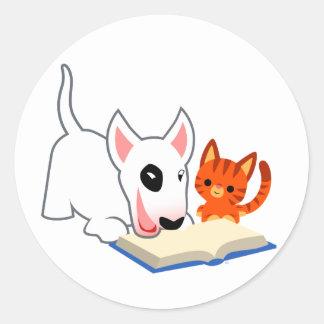 Desenhos animados Bullie e gatinho com etiqueta do Adesivo