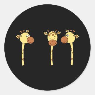 Desenhos animados de três girafas adesivos redondos