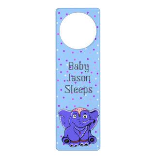 Desenhos animados do elefante do bebê da fantasia sinal de porta