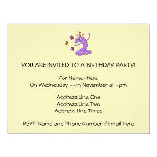 Desenhos animados do segundo aniversário no roxo convite 10.79 x 13.97cm