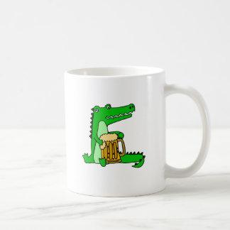 Desenhos animados engraçados da cerveja do bebendo caneca de café