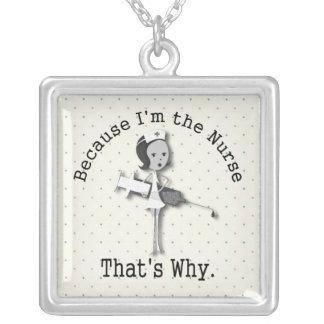 Desenhos animados engraçados da enfermeira com colar com pendente quadrado