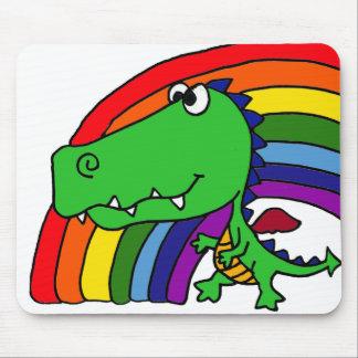 Desenhos animados engraçados do dragão verde e do  mouse pad