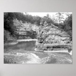 Desfiladeiro preto e branco do rio da foto pôster