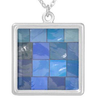 Design azul dos azulejos do banheiro colar com pendente quadrado