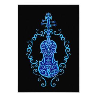 Design azul intrincado do violino no preto convite