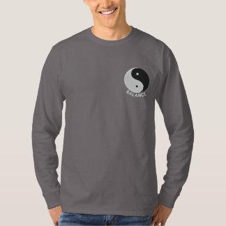 Design bordado Yang de Yin em camisas, jaquetas