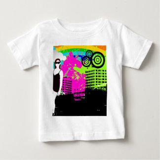 Design customizável da menina urbana colorida da tshirts