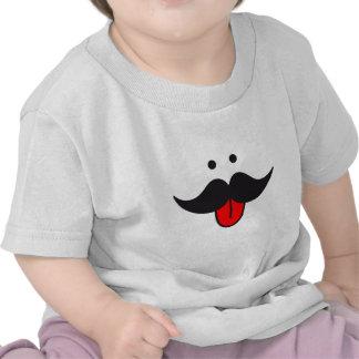 design da cara do bigode com língua vermelha t-shirt