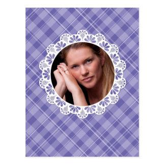 Design do laço & da xadrez - pétala roxa da flor cartão postal
