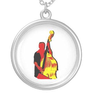 Design ereto da imagem do baixista vermelho e colar banhado a prata